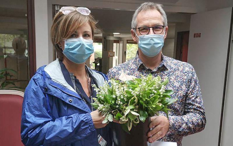 1er mai : la députée Audrey Dufeu offre un brin de muguet aux résidents d'EHPAD