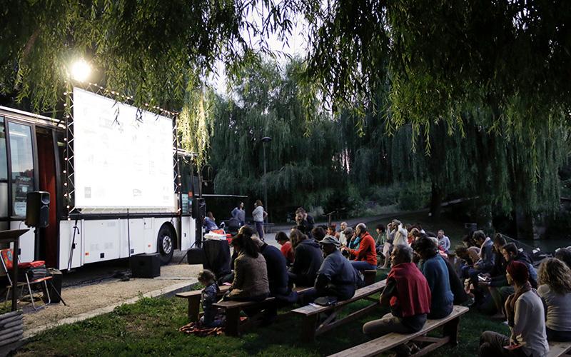 Un cinéma ambulant s'arrête à Paimboeuf pour Le Plein de Super