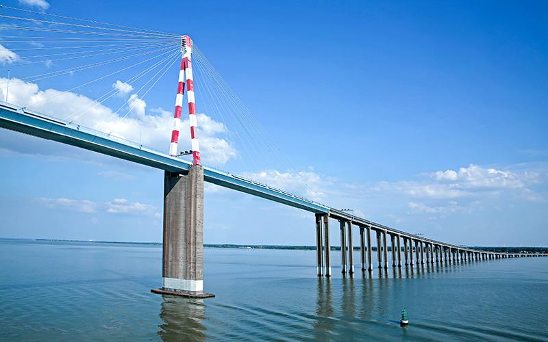 Saint-Brévin : une écharpe de 3km déployée sur le pont de Saint-Nazaire